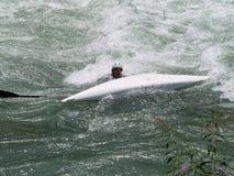 Il kajak si è capovolto sull'acqua Immagine Stock