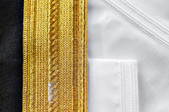 Il Kandura è adeguato a solitamente la perfezione con la cucitura decorata dettagliata Immagine Stock Libera da Diritti