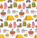 Il kawaii di campeggio della roba scarabocchia il fondo senza cuciture royalty illustrazione gratis