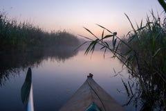 Il kayak sul fiume di mattina, l'alba e la mattina annebbiano Fotografie Stock Libere da Diritti