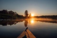 Il kayak sul fiume di mattina, l'alba e la mattina annebbiano Immagine Stock