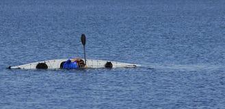 Il Kayaker effettua un rullo galleggiare-aiutato immagine stock libera da diritti