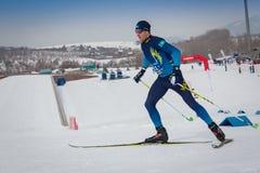 IL KAZAKISTAN, ALMATY - 25 FEBBRAIO 2018: Concorsi dilettanti di sci di fondo del fest 2018 dello sci di ARBA partecipanti Fotografia Stock