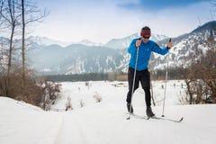 IL KAZAKISTAN, ALMATY - 25 FEBBRAIO 2018: Concorsi dilettanti di sci di fondo del fest 2018 dello sci di ARBA partecipanti Fotografie Stock