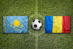 Il Kazakistan contro Bandiere della Romania sul campo di calcio Fotografie Stock