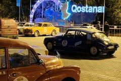 Il Kazakistan, Kostanay, 19-06-19, notte Automobili d'annata nella piazza Il nome dell'iscrizione della città: Kostanay Parcheggi fotografie stock