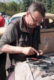 Il Kazakistan, Kostanay, 19-06-19, raduna Pechino a Parigi L'autista di retro automobile sta tenendo gli strumenti della riparazi fotografia stock libera da diritti