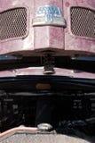 Il Kazakistan, Kostanay, 19-06-19, raduna Pechino a Parigi L'emblema di un'automobile d'annata Ford Super Deluxe 8 Apra il cappuc immagine stock