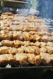 Il kebab è preparato per carbone sulla griglia fotografie stock