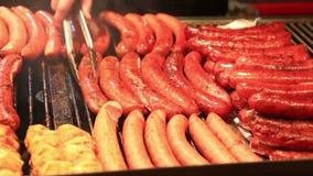 Il kebab e le salsiccie sono fritti alla via stock footage