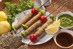 Il kebab tritato pollo con la verdura e la menta immergono immagine stock