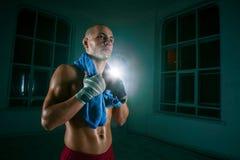 Il kickboxing del giovane su fondo nero Fotografie Stock Libere da Diritti