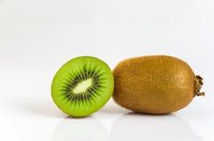 Il kiwi è affettato su fondo bianco Fotografia Stock