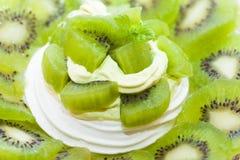 Il kiwi ha montato il dessert del nido della meringa e della crema Fotografia Stock Libera da Diritti
