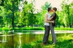 Il l'embrasse passionément Photos libres de droits