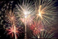 Il ` la s EVE del nuovo anno ed il quarto dei fuochi d'artificio di luglio in Florida del sud coprono il cielo notturno di scoppi fotografia stock