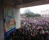 Il ` la s marzo delle donne su Washington, dimostranti si riunisce fuori del National Gallery di Art East Building, Washington, D Fotografia Stock