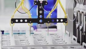 Il laboratorio automatizzato dentro ha avanzato tecnicamente la clinica sta intraprendendo gli studi puntati su combattendo il di stock footage