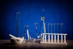 Il laboratorio di chimica ha messo su una tavola sopra fondo blu Immagini Stock Libere da Diritti