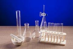 Il laboratorio di chimica ha messo su una tavola sopra fondo blu Fotografia Stock
