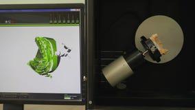 Il laboratorio medico, apparecchiatura moderna di dantist esplora la mandibola artificiale e mostra sul monitor del computer stock footage