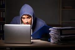Il ladro che prova a rubare i dati personali nel concetto di furto di identità fotografia stock libera da diritti