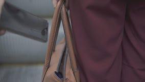 Il ladro del borsaiolo sta rubando lo smartphone dalla borsa arancio archivi video