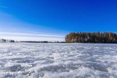 Il lago è il giorno di inverno coperto di ghiaccio Fotografia Stock Libera da Diritti