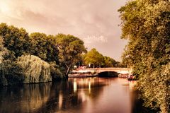 Il lago Alster nella gente famosa del parco della città degli alberi romantici mistici di Amburgo Germania che rema il cielo di p fotografia stock