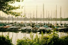 Il lago Alster in yacht della barca a vela di Amburgo Germania mette in mostra l'acqua immagine stock