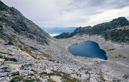 Il lago in alta montagna di Tatra si è formato dalla fusione del ghiaccio Fotografie Stock