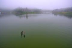 Il lago artificiale del laem di khao con nebbia ed il villaggio dei rifugiati di lunedì Villaggio di Sangkhaburi, Kanchaburi, Tai Fotografia Stock