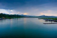 Il lago artificiale del laem di khao ed il villaggio dei rifugiati di lunedì Villaggio di Sangkhaburi Fotografie Stock Libere da Diritti