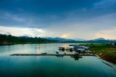 Il lago artificiale del laem di khao ed il villaggio dei rifugiati di lunedì Villaggio di Sangkhaburi Fotografia Stock Libera da Diritti