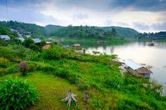 Il lago artificiale del laem di khao ed il villaggio dei rifugiati di lunedì Villaggio di Sangkhaburi, Kanchaburi, Tailandia Fotografia Stock