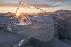 Il lago Baikal al tramonto, tutto è coperto di ghiaccio e di neve, fotografia stock