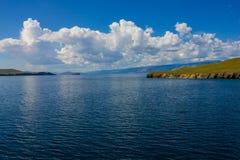 Il lago Baikal di estate immagini stock