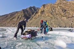 Il lago Baikal, Russia, il 24 marzo L'incrocio attraverso la crepa dentro Immagini Stock