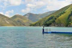 Il lago blu Kazenoi della montagna sono nella Repubblica cecena un giorno di estate soleggiato immagine stock libera da diritti