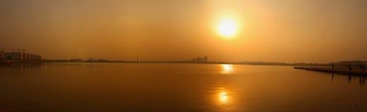 Il lago calmo nel tramonto fotografie stock