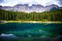 Il lago Carezza è un piccolo lago alpino situato nell'EGA superiore del ` di Val d a 1 534 Negativo per la stampa di cartamoneta  Fotografia Stock