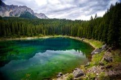 Il lago Carezza è un piccolo lago alpino situato nell'EGA superiore del ` di Val d a 1 534 Negativo per la stampa di cartamoneta  Fotografie Stock