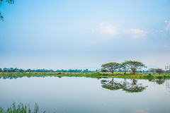 Il lago con la riflessione, nuvole Immagini Stock Libere da Diritti