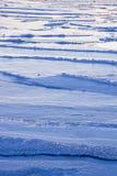 Il lago congelato ondeggia in un giorno del freddo dell'inverno Fotografia Stock