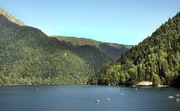Il lago della montagna in Abkhazia, in mezzo alle montagne Fotografia Stock Libera da Diritti