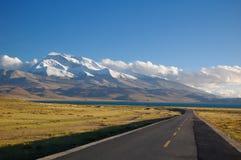 Il lago e la montagna e la strada della neve Fotografie Stock Libere da Diritti
