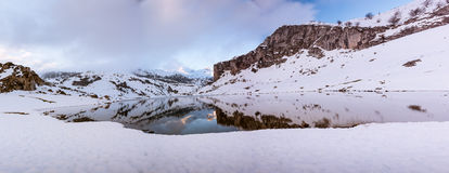 Il lago Ercina, Europa alza II verticalmente, Asturie immagine stock
