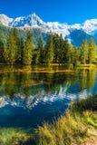 Il lago ha riflesso le alpi innevate Fotografie Stock