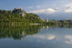 Il lago ha sanguinato con il castello del rocktop e la chiesa di St Martin Fotografia Stock Libera da Diritti