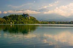 Il lago ha sanguinato con il castello del rocktop e la chiesa di St Martin Fotografia Stock